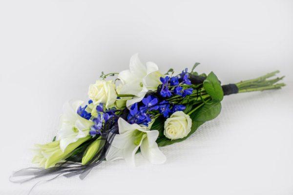 Käsileinakimp-valgete-siniste-lilledega