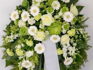 Matusepärg kuuseokstel suviste lilledega