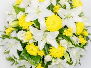 Matusepärg kuuseokstel valge kollasega