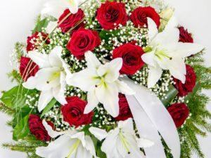 Matusepärg kuuseokstel valge liilia ja punase roosiga