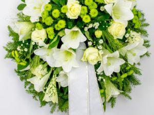 Matusepärg kuuseokstel valgete ja roheliste lilledega