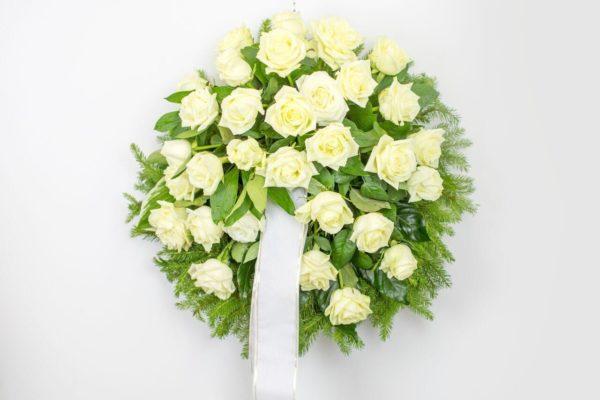 Matusepärg kuuseoksal valgete roosidega