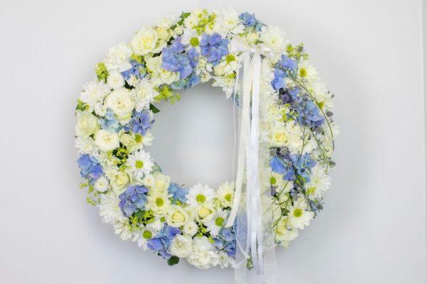 Lillepärg suur valgete ja helesiniste lilledega