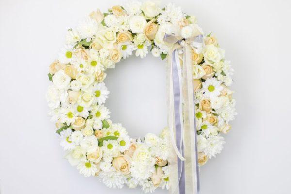Lillepärg suur valgete ja kreemide lilledega