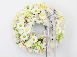 Lillepärg väike valgete ja kreemide lilledega