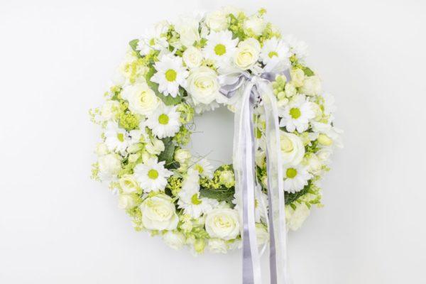 Lillepärg väike valgete ja roheliste lilledega
