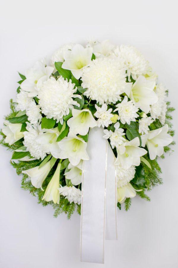 Matusepärg kuusokstel valgete lilledega
