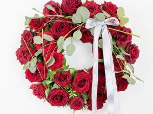 Lillepärg punaste roosidega - Leinalilled.ee