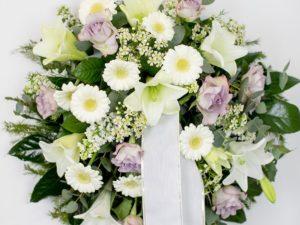Matusepärg kuuseokstel valges ja vanaroosas toonis on ilus ja rahulik kombinatsioon lilledest. Kasutatud imeilusat vanaroosa-lillat roosi ning sobilikke valgeid lilli