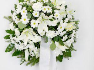 Matusepärg kuuseokstel valgete liiliate ja krüsanteemidega
